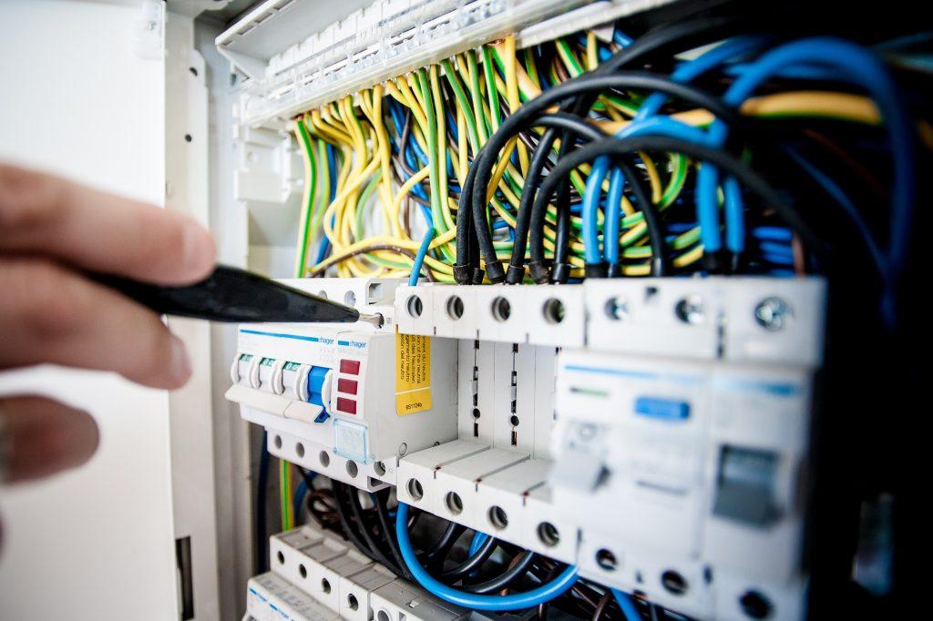los cables de la luz y la toma de tierra, son elementos privativos o comunitarios